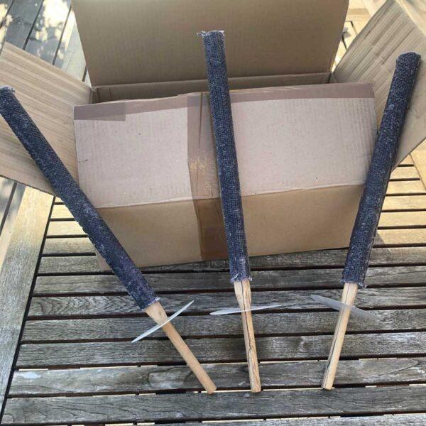 Håndfakler med træhåndtag og håndbeskytter foran kasse